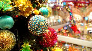 شاهد متاجر باريسية تستعد لعيد الميلاد