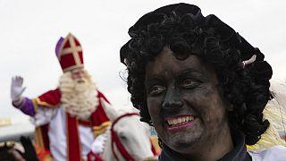 Расизм или традиция? Голландские дети прощаются с Черным Питом
