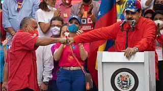 Nicolás Maduro saluda a Diosdado Cabello durante el acto de cierre de campaña en Caracas, Venezuela
