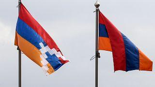 علما أرمينيا (يمين) وناغورني كاراباخ في  ستيباناكيرت في ناغورني كاراباخ المنفصلة  خلال المعارك بين أرمينيا وأذربيجان