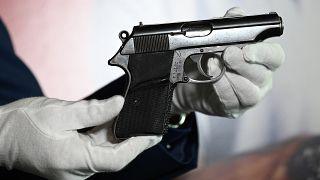 """مسدس  """"فالتر بي بي""""  الذي استخدمه شون كونري في أول فيلم لجيمس بوند"""