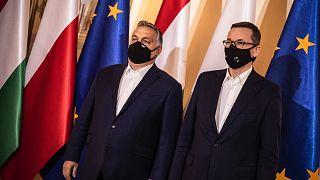 Orbán Viktor miniszterelnök (b) és Mateusz Morawiecki lengyel kormányfő (j) Varsóban 2020. november 30-án