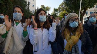 طبيبات يتظاهرن بعد حادثة الوفاة