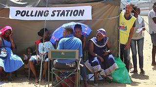 ناميبيون يصطفون للإدلاء بأصواتهم في مركز اقتراع بالقرب من ويندهوك، ناميبيا.