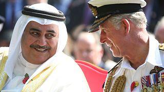 Bahreyn Dışişleri Bakanı Khalid bin Ahmed Al Khalifa (solda), İngiltere kraliyet tahtı varisi Prens Charles (sağda)