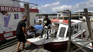 Ohne Masken- oder sonstigen Schutz: Transport eines Covid-19-Patienten in Breves auf der brasilianischen Insel Marajo