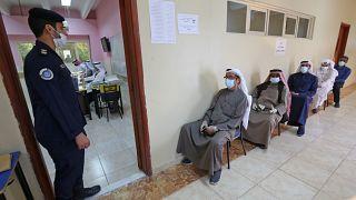أمام أحد مكاتب الاقتراع في مدينة الكويت