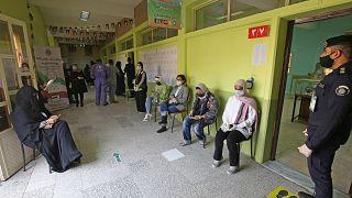 أمام أحد مكاتب الاقتراع في العاصمة الكويتية