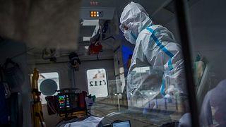 Mobil intenzív mentőegység egy koronavírussal fertőzött, lélegeztetett beteget szállít Budapesten