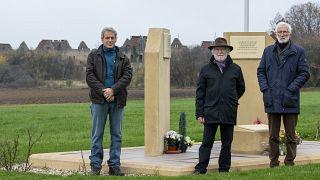برونو دويان (يسار)، رئيس الجمعية الفرنسية الأوكرانية، موريس شميت (وسط)، نائب الرئيس، وغابرييل بيكر، نائب الرئيس،  أمام النصب التذكاري لمعسكر بان سان جان