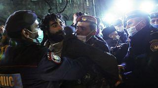 ضابط أرمني يعتقل متظاهراً يطالب باستقالة رئيس الوزراء