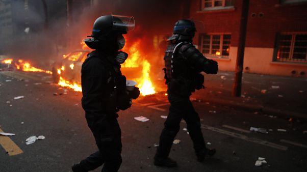 Fransa'nın başkenti Paris'te hükümetin uygulamak istediği yeni genel güvenlik yasa tasarısı ve polis şiddetine karşı gösteri yapan eylemcilere güvenlik güçleri müdahale etti