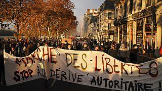 """Des manifestants tenant une banderole à Lyon lors de la manifestation contre la proposition de loi """"sécurité globale"""" samedi 5 décembre 2020."""