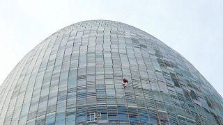 شاهد: شاب إنجليزي  يتسلّق برج أغبار (144 متراً) في برشلونة من دون معدات للحماية