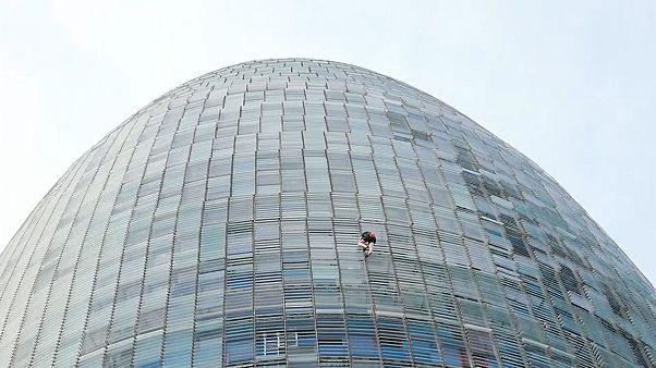 Man climbed a 33-storey tower