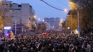 Ermenistan'ın başkenti Erivan'da bir araya gelen on binlerce kişi, hükümetin Dağlık Karabağ sorununu ele alış biçimi nedeniyle Başbakan Nikol Paşinyan'ın istifasını istedi