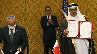 İsrail Ulusal Güvenlik Danışmanı Meir Ben-Shabbat ve Bahrey Dışişleri Bakanı Abdullatif bin Raşid el Zeyyani