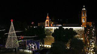 Illumination, sans public, de l'arbre de Noël à Bethléem, en Cisjordanie, le 5 décembre 2020