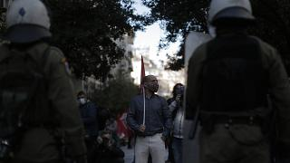 Διαδηλωτές συμμετέχουν σε παράσταση διαμαρτυρίας στο πλαίσιο των δράσεων για την επέτειο της δολοφονίας του δεκαπεντάχρονου Αλέξη Γρηγορόπουλο