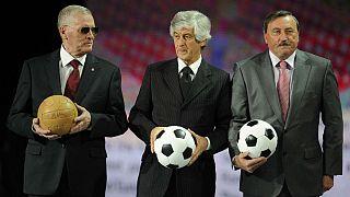 ویکتور پوندلنیک(سمت چپ) در کنار جیانی ریورا و آنتونین پاننکا اسطورههای فوتبال ایتالیا و جمهوری چک