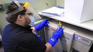 Un empleado del hospital británico de Croydon verifica la temperatura del congelador con las vacunas