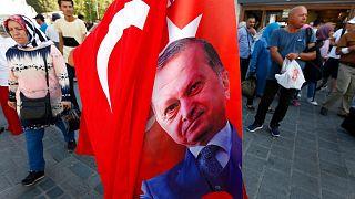 فروش پرچم ترکیه با تصویر رجب طیب اردوغان در استانبول