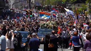 Multitud rodea al cortejo fúnebre de Tabaré Vázquez en Montevideo, Uruguay