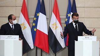 Abdel Fattah al-Sissi ouve as palavras de Emanuel Macron no Palácio do Eliseu