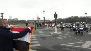 الحرس الجمهوري يرافق السيسي المصري خلال زيارة دولة فرنسية
