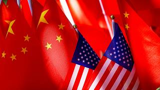 الأعلام الأمريكية جنبًا إلى جنب مع الأعلام الصينية خلال قمة تريشاو في بكين.