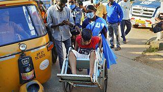 Hindistan'da ortaya çıkan gizemli hastalık sebebiyle 300 kişi sağlık kurumlarına akın etti.