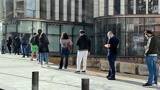 صف در بیرون یک بانک لبنانی