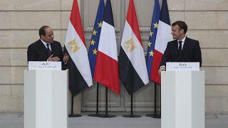 الرئيس الفرنسي إيمانويل ماكرون (على اليمين) إلى جانب نظيره المصري عبد الفتاح السيسي خلال مرتمر صحفي في باريس. 2020/12/07