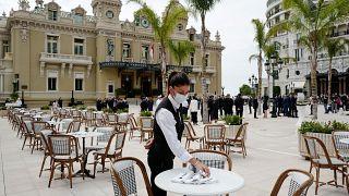 Σπεύδουν στο Μονακό για καφέ και φαγητό οι Γάλλοι