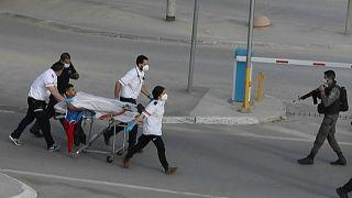 مسعغون ينقلون فلسطينيا أصيب بطلق ناري على حاجز اسرائيلي في قلنديا