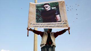 Suriye'nin İdlib şehrinde Abdullah Anzorov portresi taşıyan bir kişi (Arşiv)