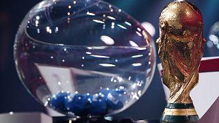 Le trophée de la Coupe du monde de football, le 7 décembre 2020 à Zurich, lors du tirage au sort des groupes des éliminatoires de la zone Europe pour le Mondial 2022