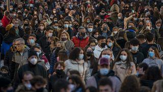 Gente de una calle del centro de Barcelona (05/12/2020)