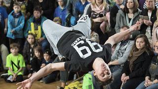 Jonathan Esser se produit lors des championnats allemands de breakdance à Magdebourg, en l'Allemagne, le dimanche 12 mars 2017