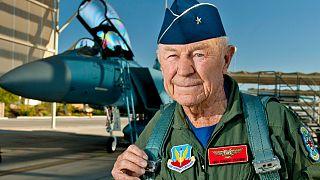 Chuck Yeager se prépare à piloter un F-15D Eagle, le 14 octobre 2012