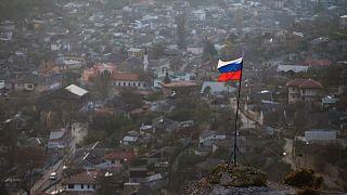 پرچم روسیه بر فراز یکی از شهرهای منطقه کریمه