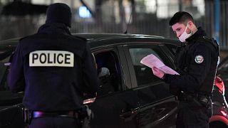 ضباط الشرطة يغلقون شارعًا ويفتشون سائقي السيارات أثناء مشاركتهم في مظاهرة يوم 7 ديسمبر 2020 في باريس