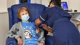 Margaret Keenan, de 90 años, primera persona vacunada en el Reino Unido