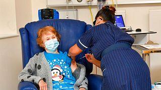 اولین تزریق واکسن کرونا در بریتانیا به یک زن ۹۰ ساله