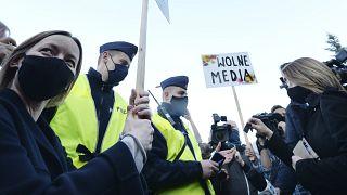 Szabad média  - áll egy tüntető transzparensén egy 2020 májusi tüntetésen Varsóban