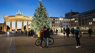 Menschen machen Fotos vor dem Brandenburger Tor, 7.12.2020