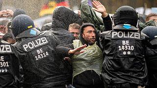 ضباط الشرطة الألمان يحاولون صد المتظاهرين عن الوصول إلى بوابة براندنبورغ في برلين.