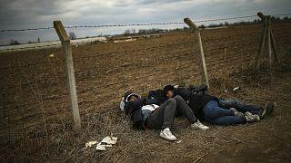 Türkiye Yunanistan sınırının Türkiye tarafında dinlenen göçmenler