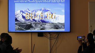 Everest Dağı'nın yüksekliği hakkında Çin ve Nepal arasında uzun süredir görüş ayrılığı bulunuyordu