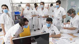 İsviçre'nin Lozan kentinde Covid-19 hastalarıyla ilgilenen sağlık görevlileri toplantı yaparken